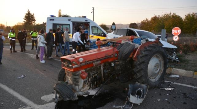 Uşak'ta Otomobille Traktör Çarpıştı: 4 Yaralı